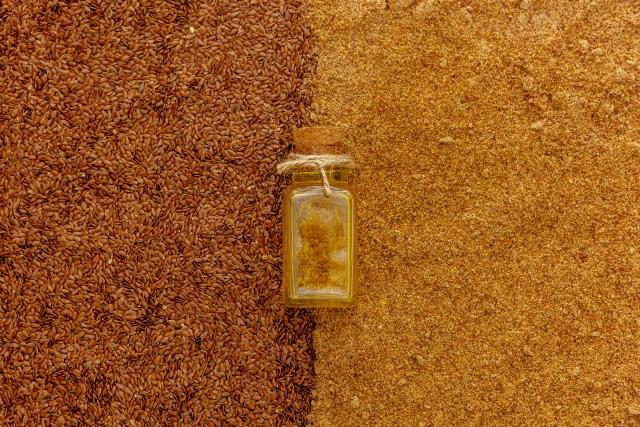 farinha e semente de linhaça com um vidro com óleo