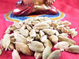Como preparar um chai com semente de cardamomo