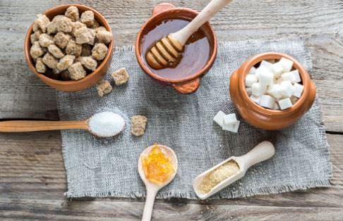 fundo de madeira com mel e açúcar