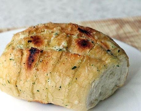 pão francês com recheio de alho e maionese vegana