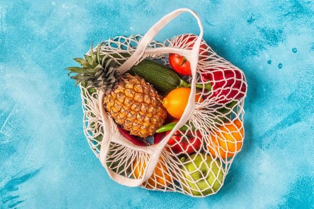 cesta de frutas sobre um fundo azul