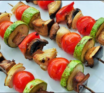 espetinho de madeira com legumes: abrobrinha, tomate, cebola