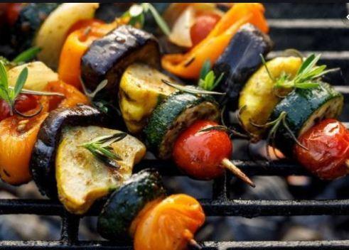 Espetinho legumes vegano em palito de churrasco com berinjela e tomate cereja