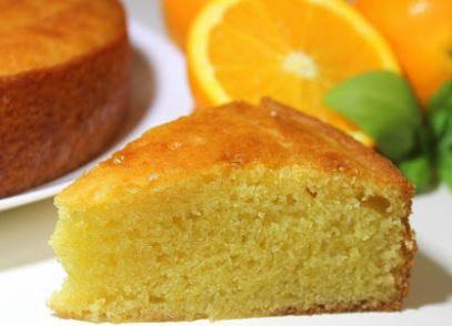 fatia de bolo com laranjas cortas ao meio ao fundo