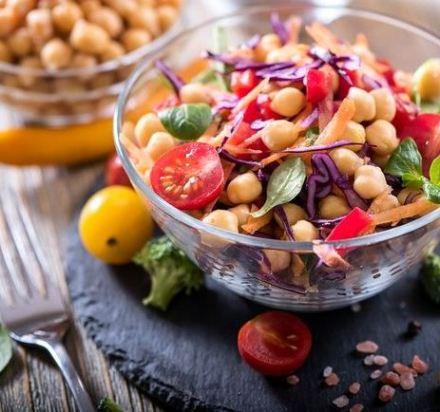 Salada nutritiva de grão de bico com tomate cereja