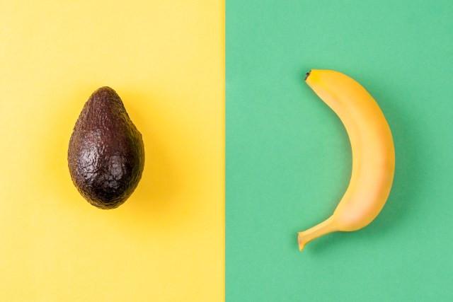 fundo verde e amarelo com abacate e banana