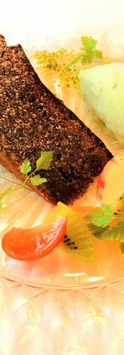 コースのデザート:カプリ風チョコレートケーキとピスタチオのジェラート