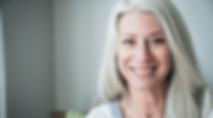 Smilende modne kvinde med grå hår
