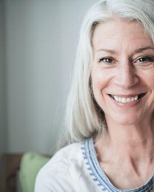 Mulher madura de sorriso com cabelo cinz