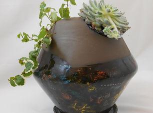 Gros pot marron 3 trous décorés et plant