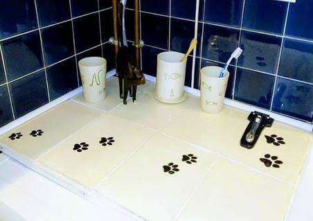 """Carrelage pour salle de bain réalisé sur mesure décor """"pattes de chat"""""""