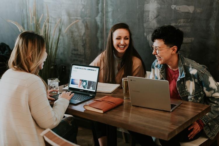 Drie blije vrouwen aan het werk