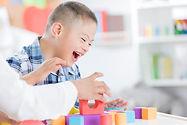 Gutt som leker med blokker
