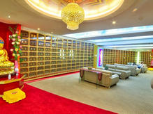 Suite 1 感恩阁 Offer niche designs in a nuanced splendor of gold and jade finishing. 骨灰阁的设计以黄金和玉石精加工的微妙辉煌。