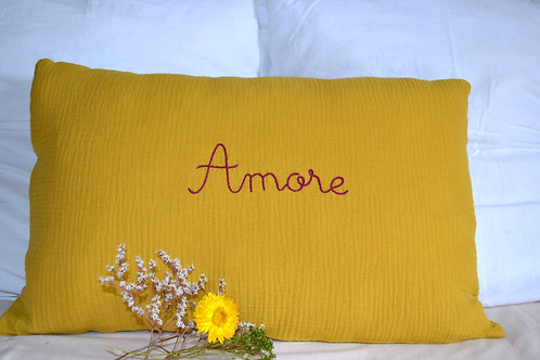 Coussin double gaze moutarde et broderie Amore