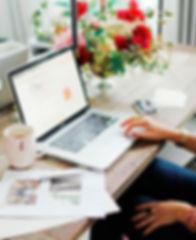 Рабочий стол девушки с ноутбуком, чашкой с кофе и телефоном