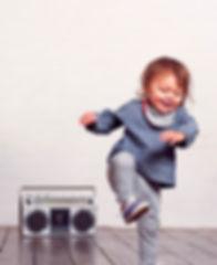 Танцевальная музыка, ребенок танцует под магнитофон
