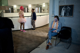 גיא אלון, יניב ביטון וגלעד שמואלי מאחורי הקלעים בתיאטרון הקאמרי בהצגות סיראנו וקברט צילום יקיר פולק