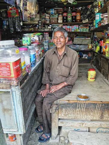 איש מבוגר בקיוסק, הודו