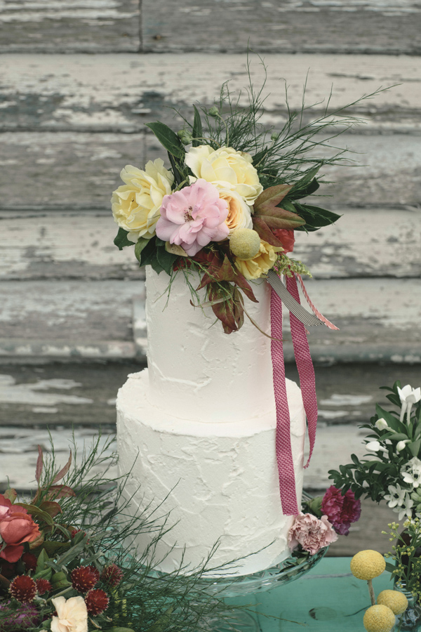 Wild wedding cake flowers