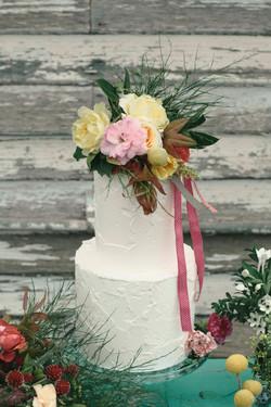 Wild wedding cake flowers