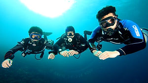 Sidemount divers