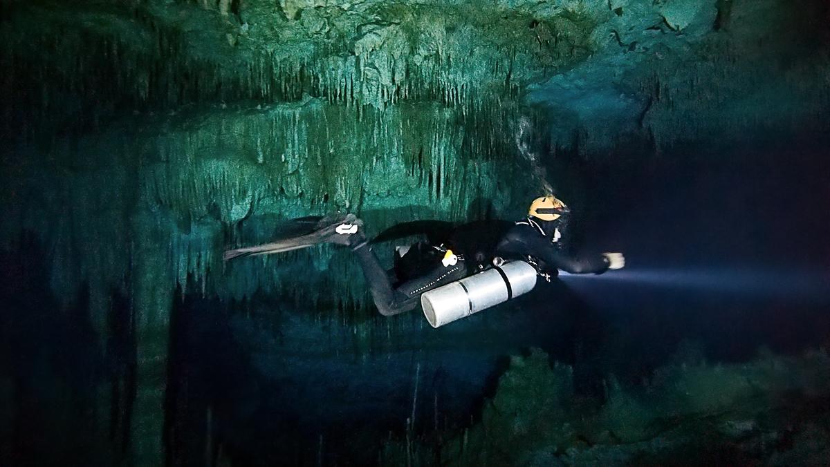 Sidemount Diver in Taj Mahal cave