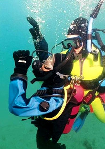 PADI 救援潛水員課程 - Surfacing an unconscious diver in PADI Rescue Diver Course.