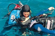 PADI 救援潛水員課程 - Unconscious diver on surface. Training Exercise in PADI Recue Diver Course.