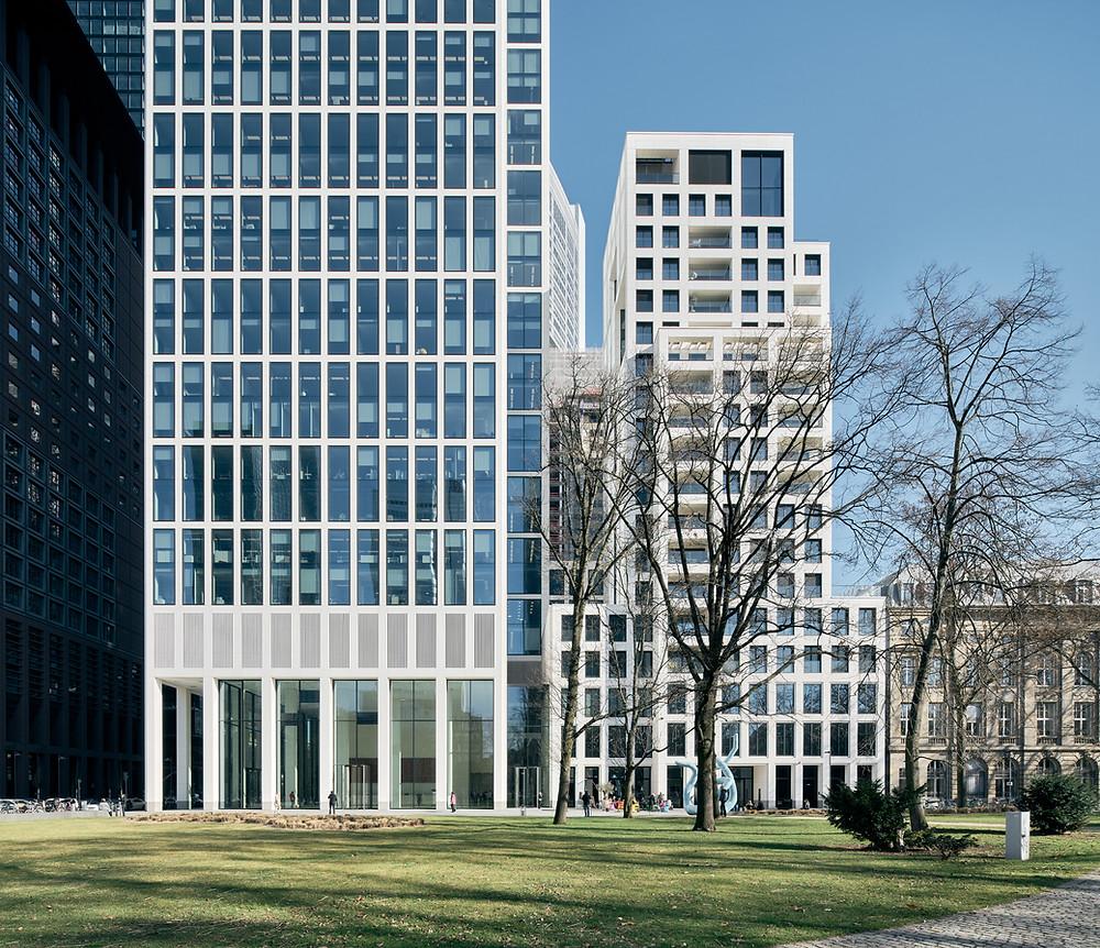 Architekturfotografie des TaunusTurm in Frankfurt zeigt das Duo aus Wohn- und Geschäftsgebäude.