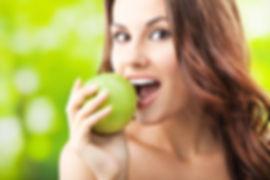 mulher-comendo-maca-verde.jpg