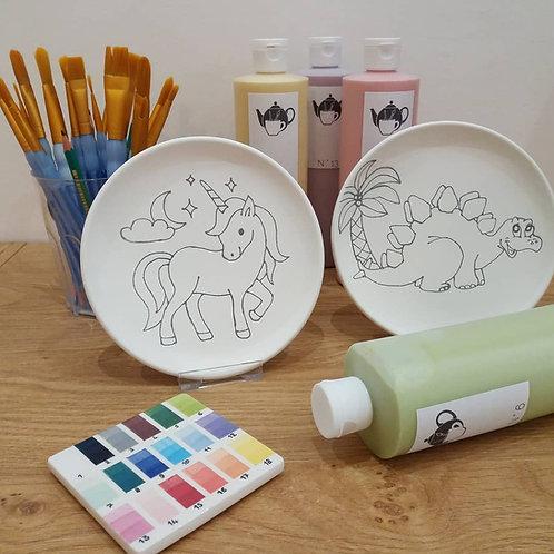 Peindre une assiette pré-dessinée
