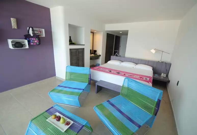 Adaptación de mobiliario en habitaciones y zonas de estancia dentro del Hotel.