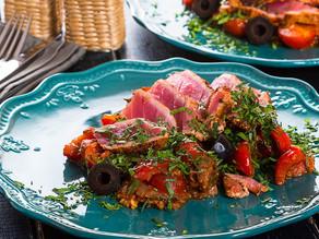 Marmitaco spaniol cu ton roșu, dovlecei, păstârnac și roșii cherry