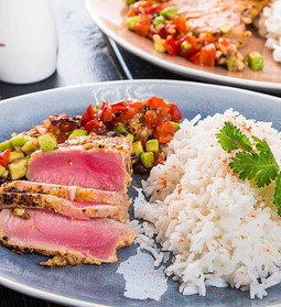 Steak de ton cu orez basmati și salsa din  avocado și  ardei copt