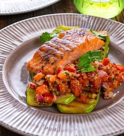 Somon la grătar cu dovlecel la grătar și salsa de roșii cu ierburi proaspete☘