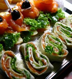Ruladă cu somon, cremă de brânză și verdeață