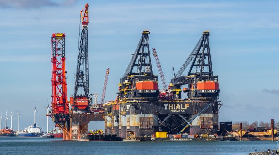 ارتفاع أسعار النفط بعد أن لمحت أوبك تخفيضات أكثر في الإنتاج