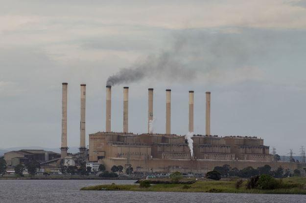 نشطاء بيئيون يقتحمون منشأة صناعية فى ألمانيا ..فيديو