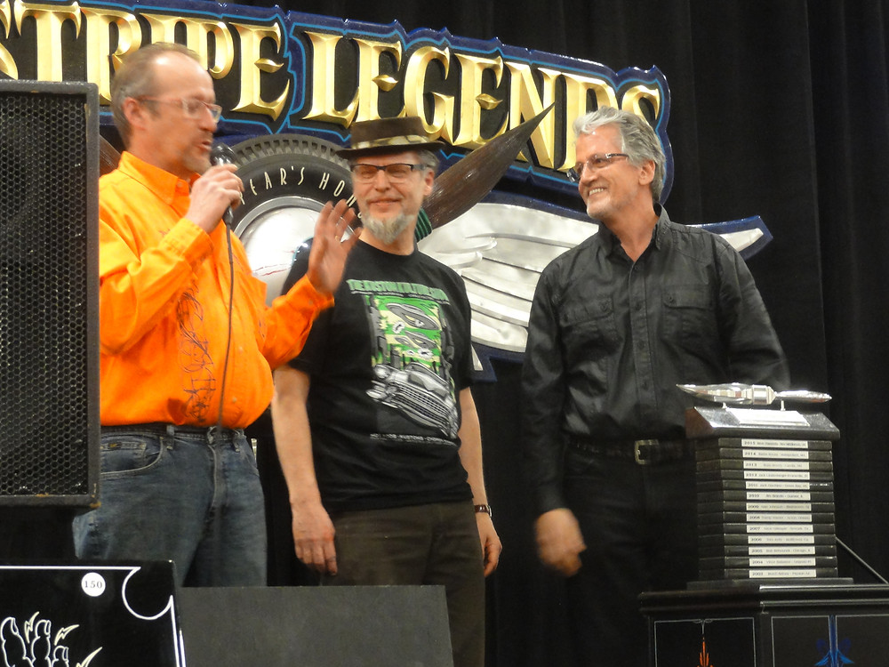 Pinstripe Legends raadin David Jeffrey ja Harley-Davidson -tehtaan päämuotoilija Ray Drea jakoivat tunnustuksen. - The Pinstripe Legends representatives David Jefferey and Harley-Davidson styling officer Ray Drea handed out the award