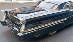 Scallop-tyyliset pitkät stripet seuraavat customauton linjoja - Scallop-style stripes on Oldsmobile