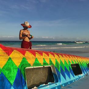 La mise en couleur d'un bateau échoué à Tulum au Mexique