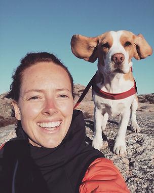 im vordergund sharilynnDietrich im hintergrund ein Hund. rasse beagle name lotte.
