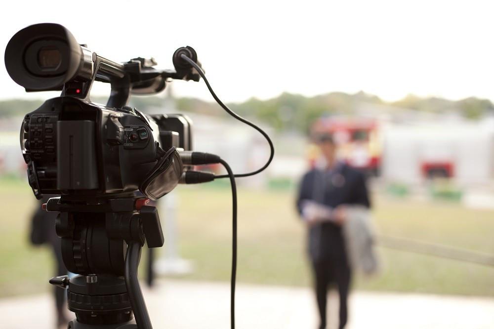 Uma função no telejornalismo pouca conhecida é a do editor de telejornal. Repórteres e âncoras, como estão na linha de frente, são mais vistos e por isso mais conhecidos, mas por trás das câmeras, há um contingente de profissionais que produzem, montam e exibem o telejornal.