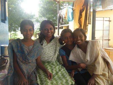 Aruna et les filles.jpg