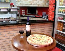 Pizza de Margherita e vinho