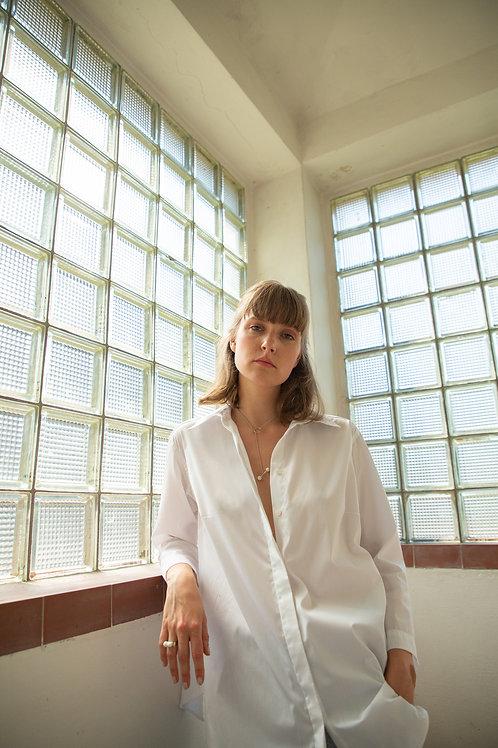 Lucie Komárková – Bílá košile se záhyby
