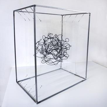 Nucleo Metacrilato y cuerda metalica en estructura de hierro 80 x 70 x 46 cm