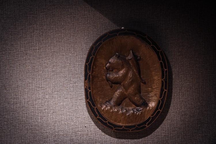 木彫り熊のレリーフ