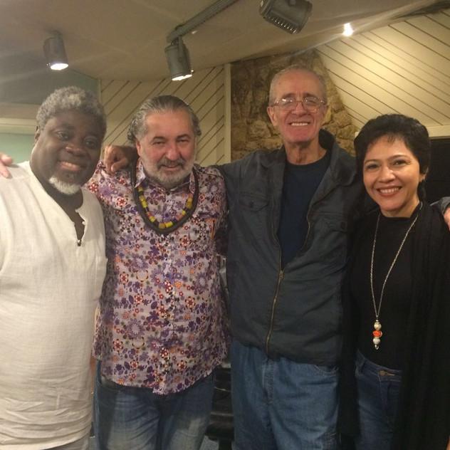 O músico Carlinhos 7 cordas, o compositor Moacyr Luz, o maestro Rildo Hora e Valéria Oliveira no estúdio Companhia dos Técnicos, Rio de Janeiro.